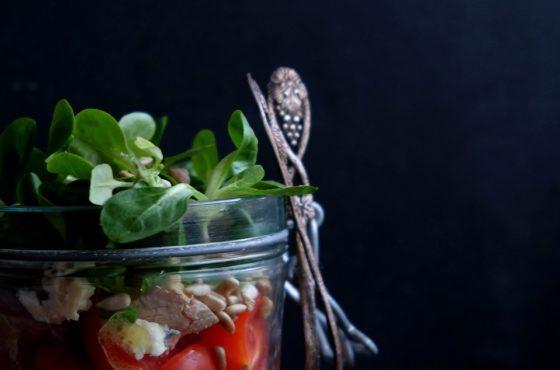 Śniadaniowa sałatka makaronowa w słoiku