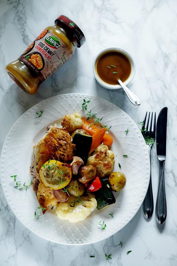 pieczony kurczak z warzywami i sosem