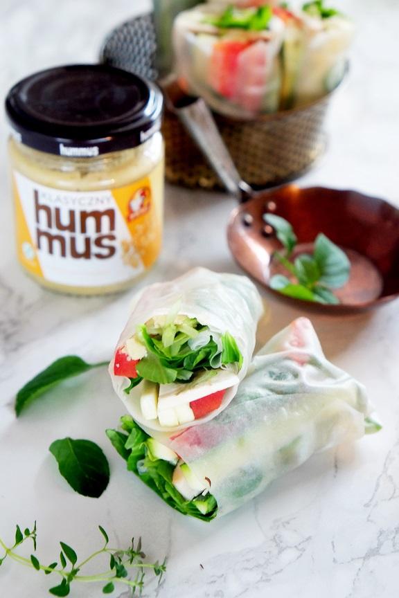 spring rollsy z warzywami i hummusem