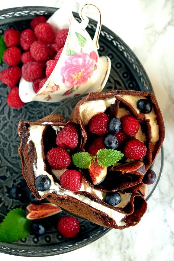 czekoladowe naleśniki z chili, twarożkiem i owocami