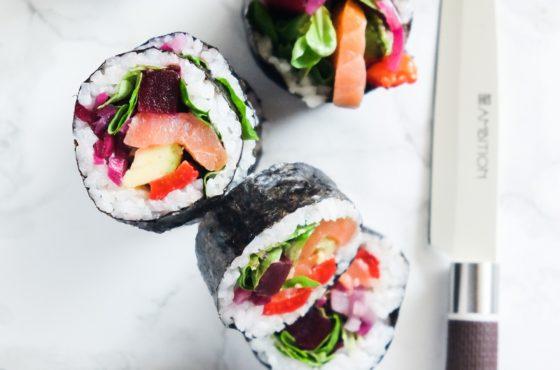 Kolorowe rolki z łososiem i warzywami (moje sushi)