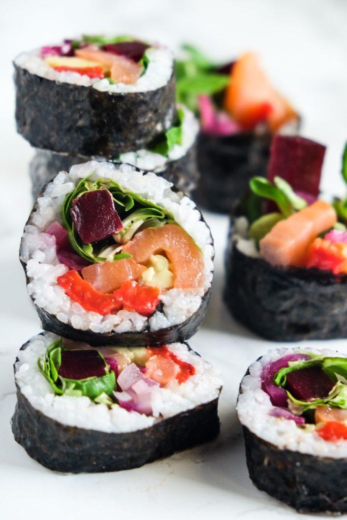 kolorowe rolki/ sushi z warzywami i łososiem