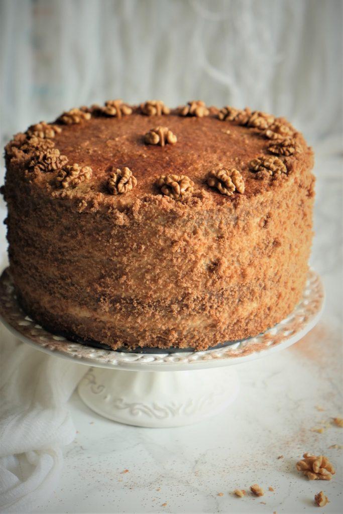 tort czekoladowy z chili z kremem z palonej białej czekolady