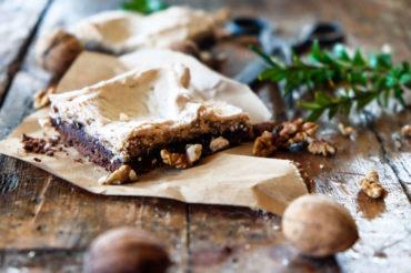 Mazurek czekoladowo orzechowy z powidłami śliwkowymi