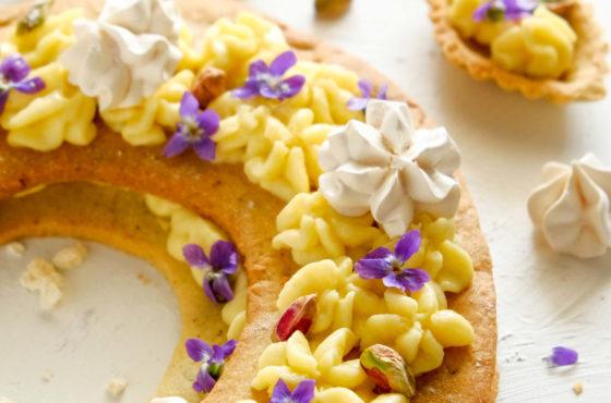 Number cake z kremem budyniowym, pistacjami i fiołkami