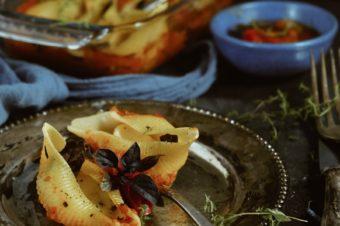 Muszle z mozzarellą i bazylią w warzywnym sosie