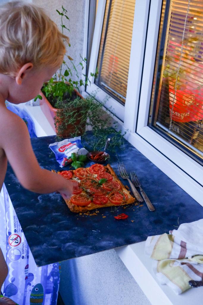 szybka pizza z pomidorami i mozzarellą