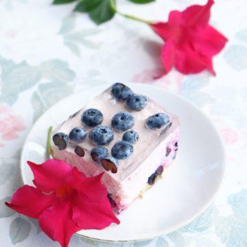 Szybki sernik na zimno z owocami (5 składników)