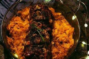 Rolada z łopatki z kiszoną kapustą i sosem z suszonych grzybów