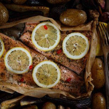 Łosoś z pieczonymi warzywami – zimowa blaszka