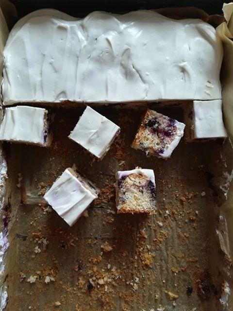 Cynamonowe ciasto z borówkami i kremowym serkiem