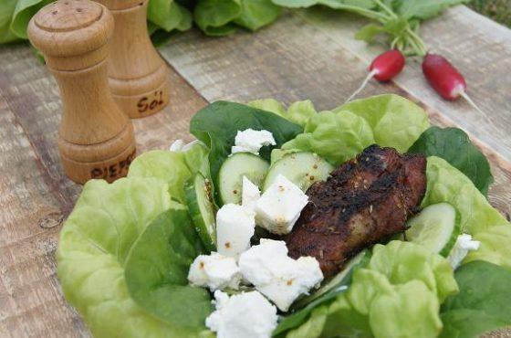 Sałatka z grillowaną karkówką i sosem miodowo-musztardowym