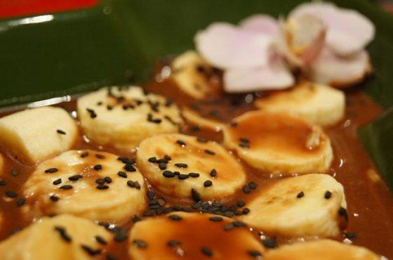 Banany z czarnym sezamem w sosie czekoladowym