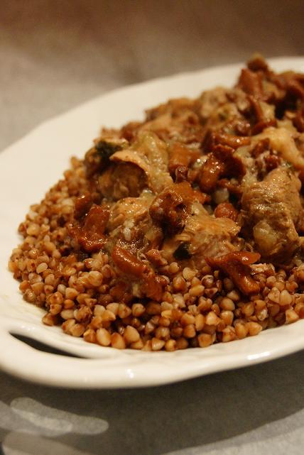 Gulasz wieprzowy z kurkami i kaszą gryczaną