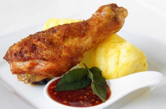 Kurczak z grillowanym anansem i sosem malinowym