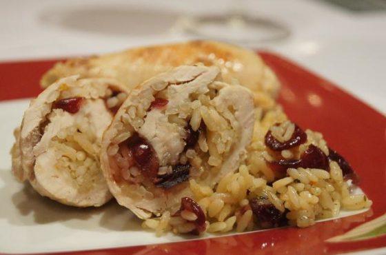 Roladki z kurczaka z ryżem i żurawiną duszone w winie