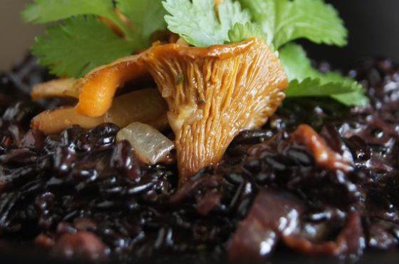 Kokosowe czarne risotto z kurkami i kolendrą