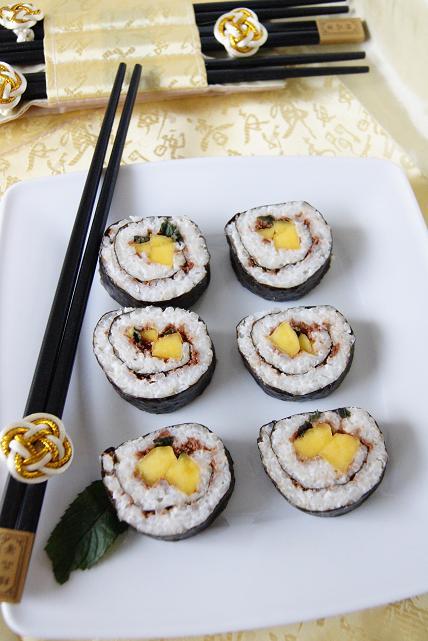Kokosowo-czekoladowe sushi z mango i miętą