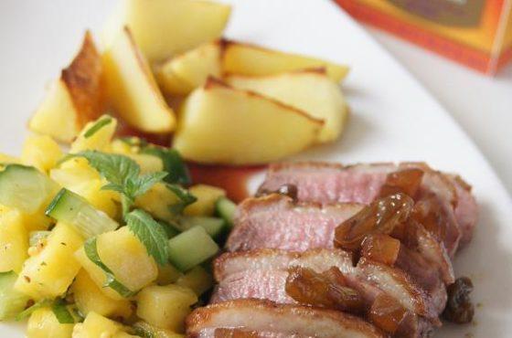 Piersi z kaczki z herbacianym sosem, miętową salsą z mango i pieczonymi ziemniakami