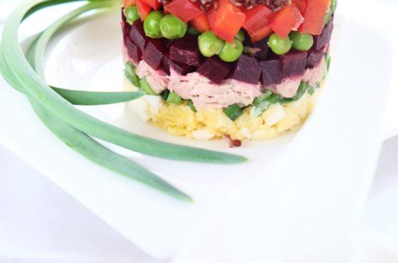 Warstwowa sałatka z tuńczykiem i sosem majonezowo-musztardowym