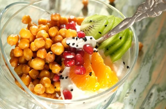 Chrupiąca ciecierzyca z różanym dżemem, jogurtem i owocami