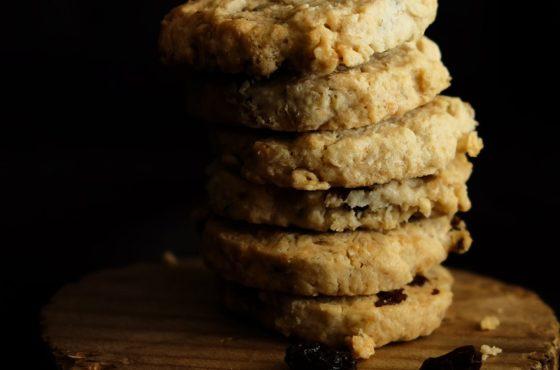 Kruche ciasteczka z płatkami owsianymi i bakaliami