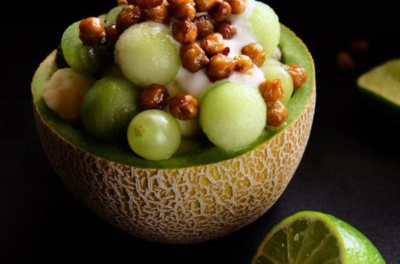 Zielona kuleczkowa sałatka owocowa z karmelizowaną ciecierzycą