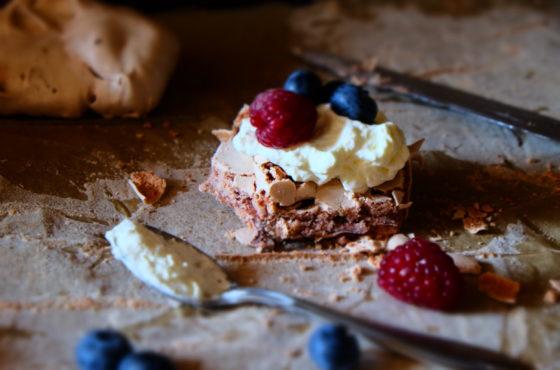 Orzechowo-czekoladowe bezy z serowym kremem i owocami