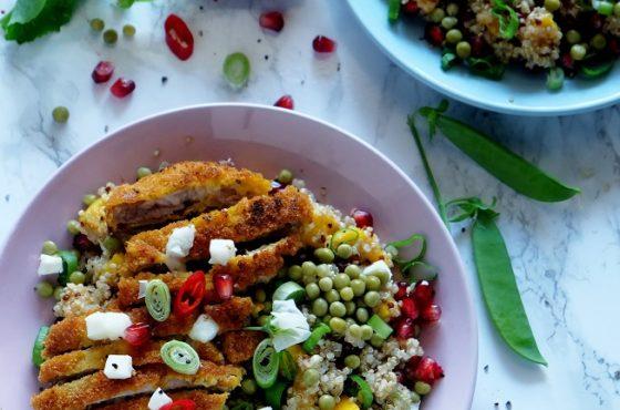Sałatka obiadowa z quinoa z warzywami i kotletem schabowym