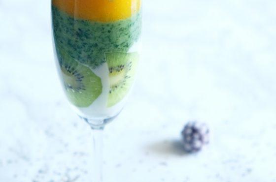 Tęczowy deser owocowo-jogurtowy