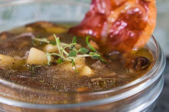 Zupa grzybowa z chipsem z szynki i olejem truflowym