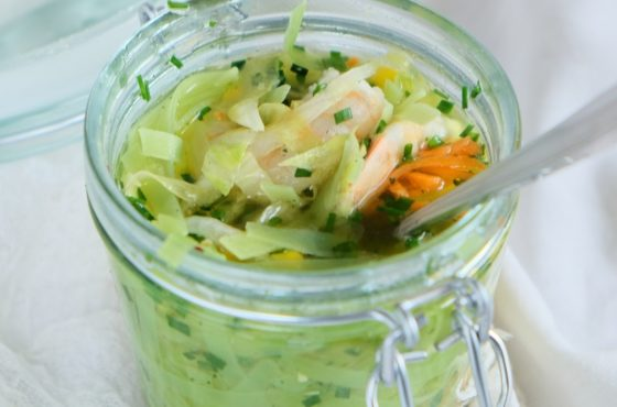 Zupa warzywna z krewetkami i makaronem w słoiku – zdrowy lunch do pracy