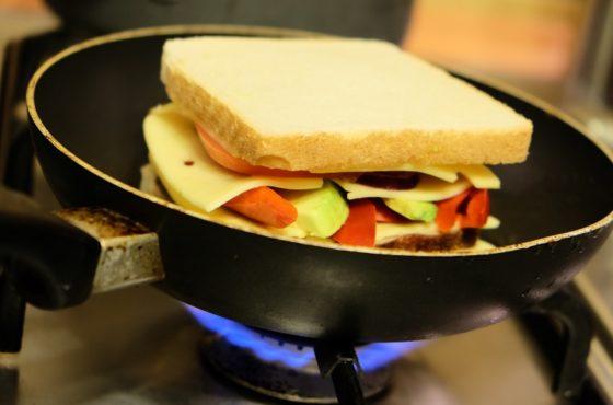 """Zapiekana kanapka z serem napakowana dodatkami """"Mleczne śniadanie na rozpoczęcie roku szkolnego"""""""