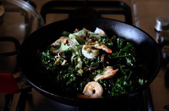 Makaron ryżowy z jarmużem i krewetkami