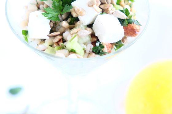 Sałatka z pęczaku z pietruszką, orzechami i fetą (przekąska)
