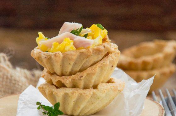 Babeczki śniadaniowe z jajecznicą i wędzonym pstrągiem