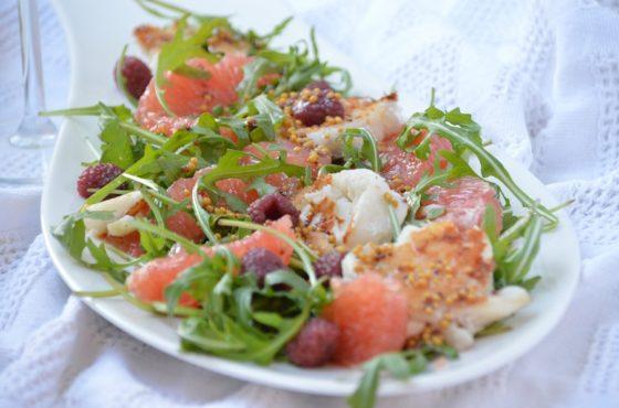 Sałatka z dorszem i sosem malinowym