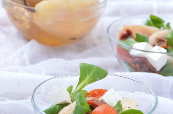 Sałatka z gruszką w winie, roszponką, pomidorami i serem