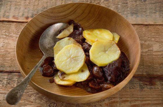 Gulasz wołowy z czerwonym winem i ziemniakami