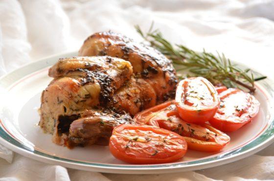 Ziołowy kurczak z rożna z karmelizowanymi pomidorkami