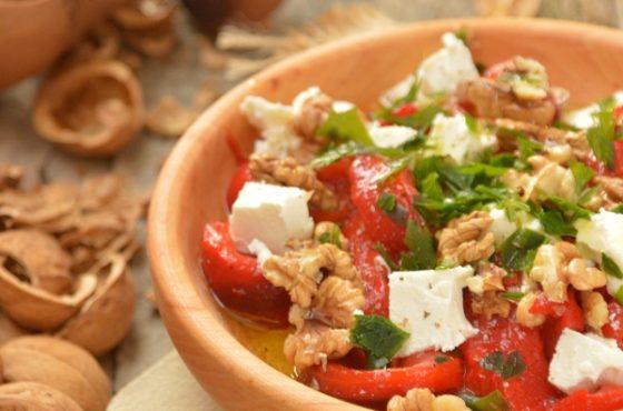 Sałatka z pieczoną papryką, fetą i orzechami włoskimi