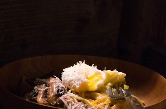 Makaron z pieczarkami i jajkiem w koszulce