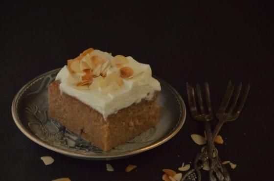 Ciasto mleczne z bitą śmietaną i migdałami
