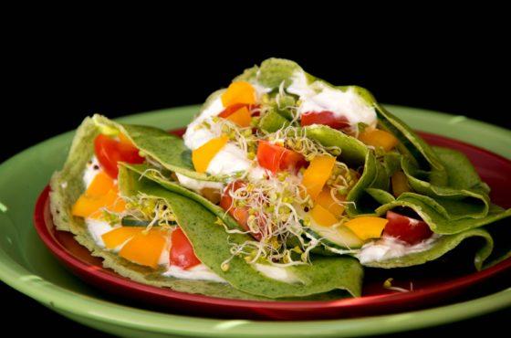 Wiosenne naleśniki z serkiem i warzywami