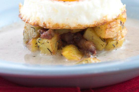 Krem chrzanowy z pieczonymi ziemniakami z boczkiem oraz jajkiem sadzonym