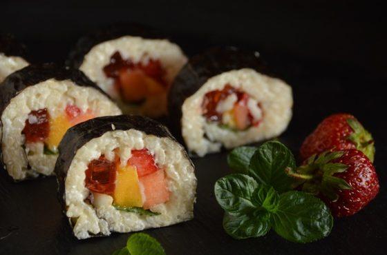 Sushi z galaretką i owocami