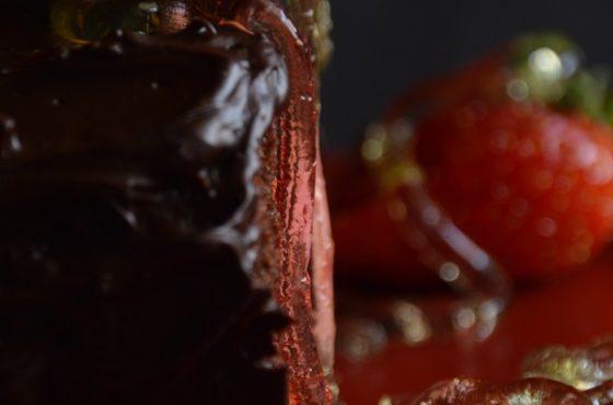Czekoladowa rolada z musem truskawkowym i robaczkami