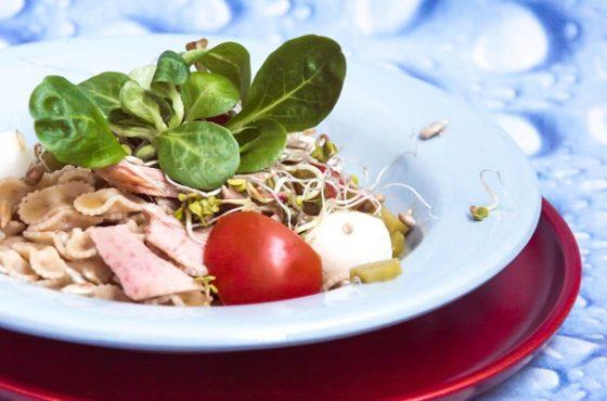 Makaron z tuńczykiem, pomidorami, słonecznikiem i kiełkami