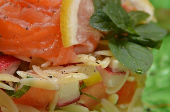 Makaronowa sałatka z ogórkiem i miętą oraz  łososiem marynowanym w winie