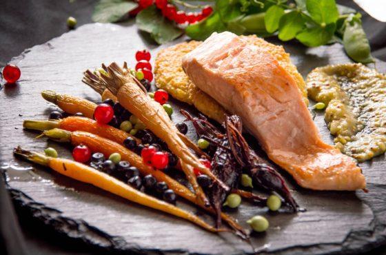 Grillowany łosoś z młodymi warzywami i sosem z ogórków małosolnych